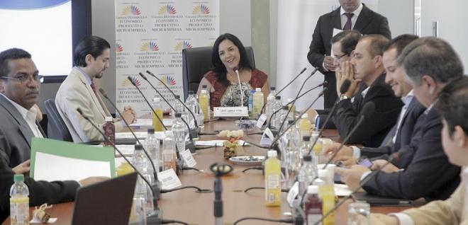 Ministros de Industrias y de Comercio a Comisión de Desarrollo Económico