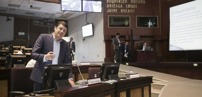 El asambleísta Esteban Albornoz, durante la ponencia.