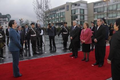 Alfombra roja, calle de honor, flores y bandas dieron bienvenida a Michelle Bachelet
