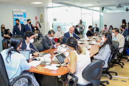 Proyecto que protege los derechos de usuarios y clientes del sistema financiero tiene informe favorable para segundo debate