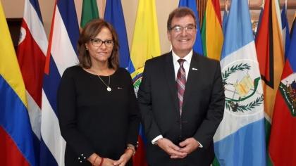 Elizabeth Cabezas, titular de la Asamblea Legislativa de Ecuador, fue electa vicepresidenta de ParlAmericas. En la fotografía junto al presidente del organismo, Robert Nault, de Canadá