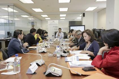 Comisión analiza informe sobre proyecto que busca eficiencia en la contratación pública